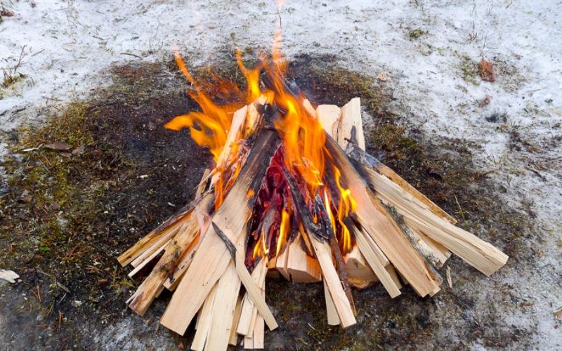 Искусство разведения огня Ни для кого не секрет, что разводить костер в сырых условиях ранней весны гораздо тяжелее, чем в сухую теплую погоду. Но все же это вполне выполнимо. Тренируйтесь разводить огонь без искусственных материалов: ваты, средства для розжига, бензина и так далее. Весной у вас есть отличная возможность вывести свои навыки разжигания огня на новый уровень.