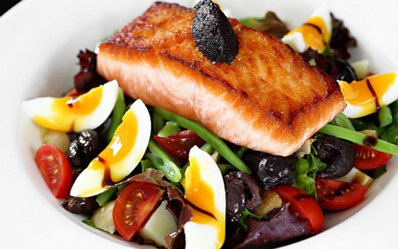 Диета С возрастом наш обмен веществ меняется. Как показывают исследования, когда мы становимся старше, нам необходимо больше белка в рационе. Но это не означает, что нужно есть больше, можно увеличить потребление белка за счет углеводов. Белок способствует росту мышц, в то время как избыток углевода может привести к ожирению за счет взаимодействия с химическими веществами в организме, отвечающими за накопление жира. Когда мы молоды, тестостерон позволяет потреблять углеводы без угрозы ожирения, но в более позднем возрасте он может уже не справляться со своей задачей.