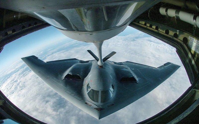 The B-2 Spirit Незаметный и смертоносный – так можно описать это тяжелый американский бомбардировщик, в производстве которого использованы стелс-технологии: обшивка покрыта радиопоглощающими материалами, делающими его практически невидимым для радаров.