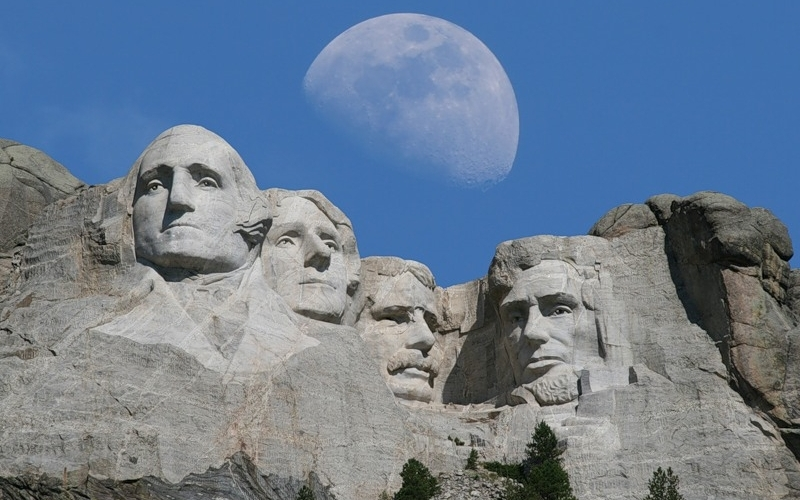 Гора Рашмор, Южная Дакота Скульптурная группа, высеченная в горе Рашмор, является визитной карточкой и национальным достоянием Америки. Монумент изображает четырех самых знаменитых президентов США, способствовавших становлению демократии, независимости и отмене рабства.