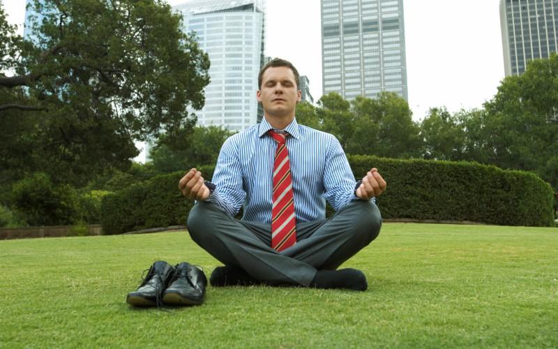 10 минут медитации Медитация дает вашему мозгу возможность сосредоточиться на цели и не поддаваться сиюминутным искушениям. Исследования показывают, что всего после 2-3 дней практики медитации по 10 минут в день, вашему мозгу уже будет легче концентрироваться, у вас появится больше энергии. К тому же вы станете более устойчивым к разного рода стрессам.
