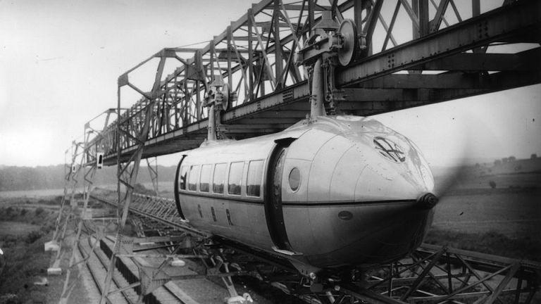 Bennie Railplane Британский инженер Джордж Бенни был одним из первых, кто всерьез решил построить аэровагон. По замыслу Бенни, строившийся на его собственные деньгилокомотивдолжен был при помощи монорельса соединить две главные столицы Европы – Лондон и Париж. Бенни рассчитывал, что такой «рельсолет» будет развивать достаточно высокую для того времени скорость – 190 км/час.