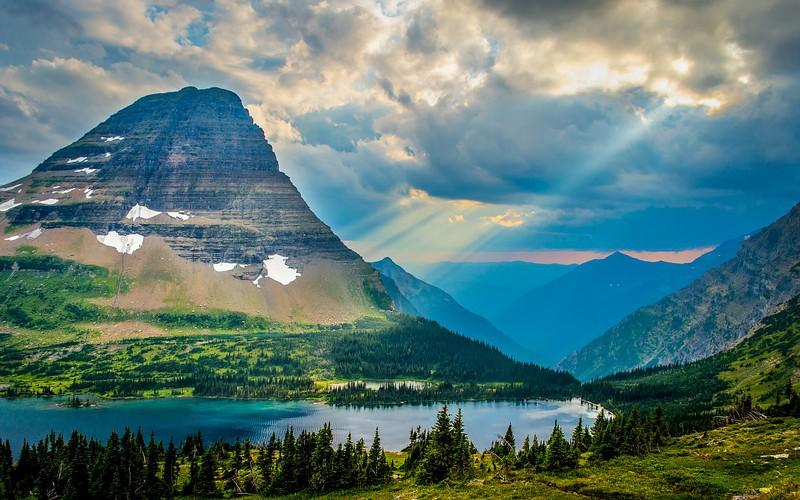 Национальный парк «Глейшер», Монтана Глейшер— это красивейший национальный парк вгорном штате Монтана, расположенном в Скалистых горах награнице сКанадой. На территории парка находятся 130 озер различных размеров. Самые крупные иживописные— озера МакДональд иСэйнт-Мэри.
