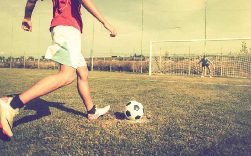 Плюсы от занятий спортом Скотт Вайсс, нью-йоркский физиолог и физиотерапевт, рекомендует играть в такие виды спорта, как футбол или баскетбол, как можно чаще. «Вы общаетесь с друзьями и не сосредотачиваетесь на тренировках», - говорит Скотт. «Когда ваша цель заключается в том, чтобы загнать мяч в ворота или кольцо, ваша психика не так страдает, как когда вы сосредоточены на подсчете подходов в тренажерном зале».