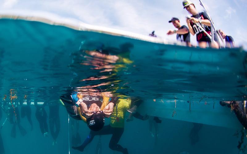 Уильям Трабридж поправляет плавательный очки перед тем, как побить собственный мировой рекорд погружения без ласт, достигнув глубины 102 метра. Ему это удалось, но во время всплытия в 65 метрах от поверхности он дотронулся до каната, сигнализируя наблюдателям о том, что ему нужна помощь.