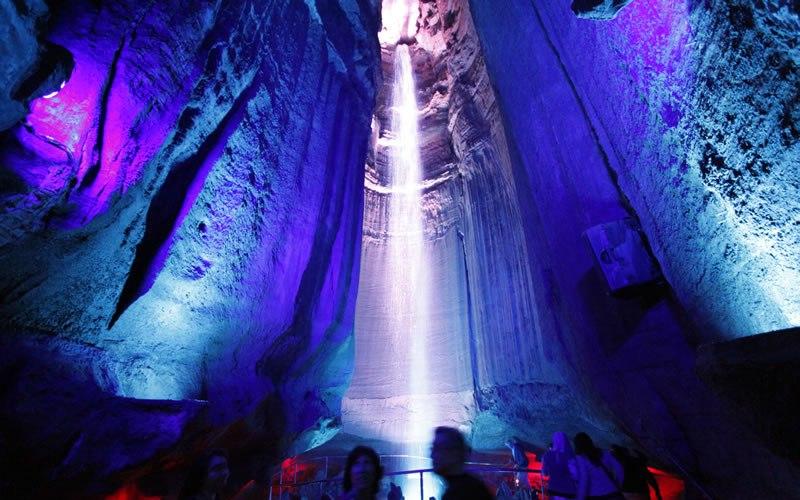 Руби-Фоллс, Теннеси Руби-Фоллс – это 45-метровый подземный водопад, расположенный в горе Лукаут. На глубине 340 метров, куда туристов спускают на лифте, открывается потрясающий вид на подземное озеро и водопад, эффектно освещенные подсветкой.