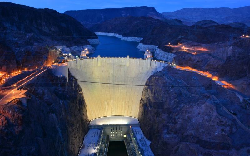 Плотина Гувера, Невада/Аризона Уникальное рукотворное чудо, Плотина Гувера, представляет собой бетонную арочно-гравитационную дамбу высотой 221 метр. Плотина Гувера является одной из известнейших достопримечательностей в окрестностях Лас-Вегаса.