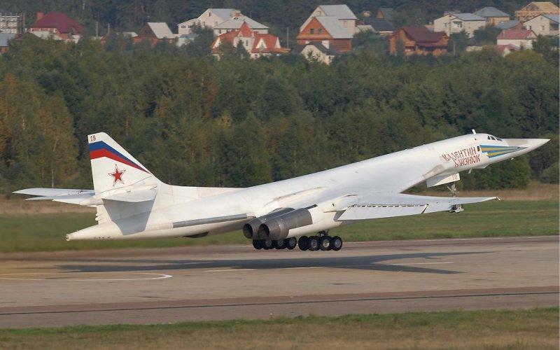 Ту-160 Сверхзвуковой стратегический бомбардировщик-ракетоносец, разработанный в ОКБ Туполева. Его кодовое обозначение в НАТО: «Блэкджек».