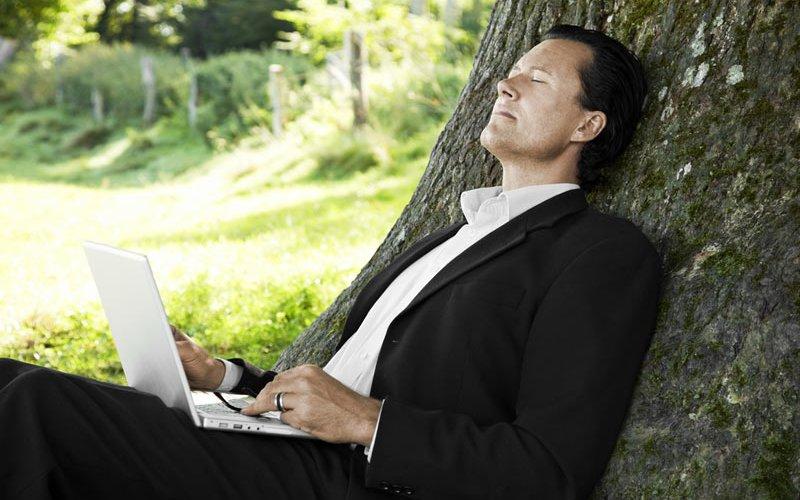 Скучать или не скучать Как выяснили ученые, скука не такая простая эмоция, как считалось раньше. Когда ваш мозг испытывает скуку, он становится очень активным. Именно скука побуждает нас искать новые переживания и может способствовать, таким образом, творчеству. Так что, скука – это полезное психическое состояние, которому нужно предаваться время от времени.