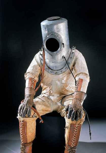 Космолаз Так в 1924 году ученые представляли себе скафандр будущих космонавтов. В то время они уже понимали, что космический скафандр должен отличаться от водолазного костюма. Однако разработка принципиально нового костюма все же велась на его основе.