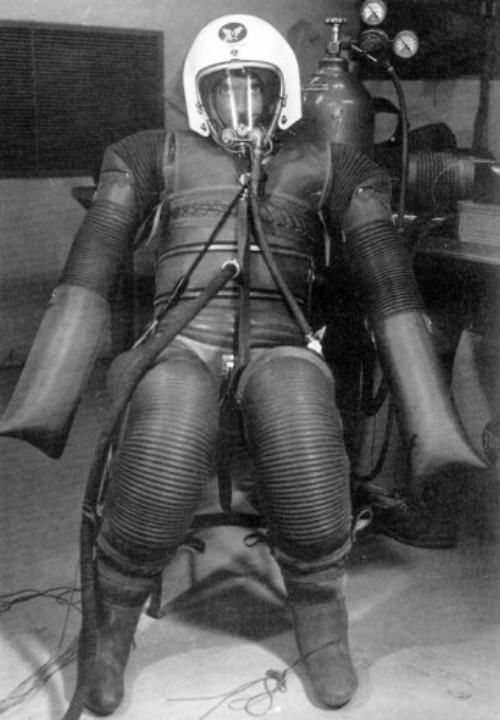 X-15 В 1956 году ВВС США принялись за разработку высотных костюмов, призванных защищать человека от перепадов давления. Несмотря на его смешной вид, двигаться в этом скафандре было вполне возможно. Но этот прототип так и не поступил в производство.