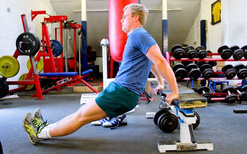 Обратные отжимания Еще один хороший способ без тренажеров увеличить свою силу. Встав спиной к скамье, согните ноги и положите ладони на ее край. Переместите вес на руки и, согнув их, опускайте ваше тело, пока плечи не станут параллельны полу. Сделайте вдох и выпрямитесь – первое обратное отжимание готово!