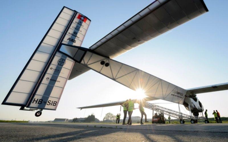 Характеристики Солар Импульс-2 – это одноместный самолет, весящий как легковой автомобиль, то есть около 2,3 тонн. Однако его размах крыльев превышает аналогичный показатель у Боинга-747, и составляет 72 метра. Самое удивительное, что самолету не требуется топливо – поддерживать машину в воздухе будут солнечные элементы на внешней поверхности крыльев, и аккумуляторы, подзаряжающиеся от батарей, используемые для ночных перелетов.