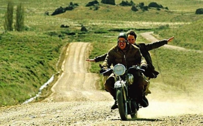 Че Гевара: Дневники мотоциклиста (Diariosdemotocicleta) Фильм повествует о путешествиях двух закадычных друзей: Альберто Гранадоса и Эрнесто Че Гевары. В начале своего пути, молодой Че даже не задумывался о политической ситуации в своей стране. Но увидев то, как живется простым латиноамериканцам, он понимает – нужно что-то менять и мужественно берется за дело.