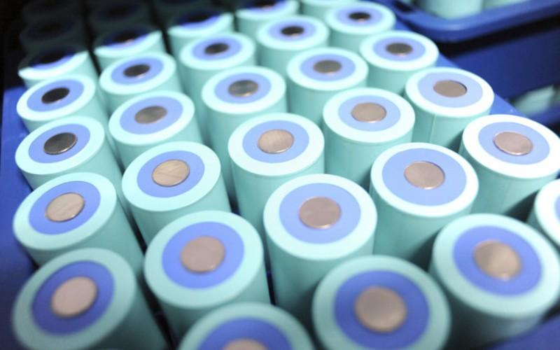Литий-воздушная батарея В феврале прошлого года многие всерьез полагали, что будущее батареек заключено в сочетании двух слов «литий-воздушный». «Дышащая» батарея использовала поток кислорода для увеличения числа электронов, высвобождаемых из анода. Эта технология позволяла снизить вес батарейки, в тоже время, повышая ее энергетическую плотность. Электромобили с таким аккумулятором могли бы проезжать до 800 км, учитывая, что нынешние способны на одной зарядке покрывать только 160 км.