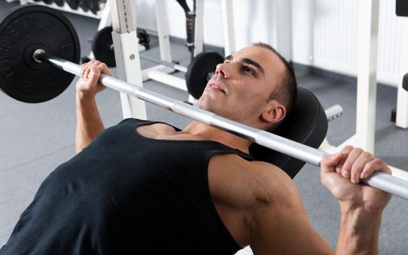 Тренировки профессионалов Но даже профессиональные спортсмены не проводят все свое время только на корте или на поле. Они уделяют повышенное внимание оттачиванию своей техники, укреплению мышц и кардиотренировкам. И если вы хотите достичь хороших результатов в своем виде спорта, вам придется поступать также.