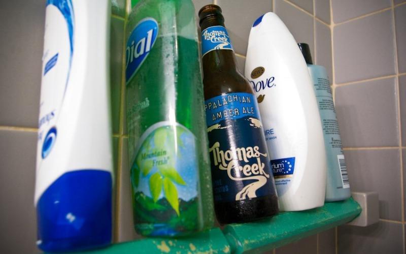 Мыть волосы Любители ледяного хмельного напитка будут рады узнать, что им можно лечить слабые волосы. Стакан пива налейте в небольшую кастрюлю и, доведя до кипения, подожди пока в ней не останется с четверть стакана напитка. Так испарится алкоголь, способный повредить волосам. Остудите пиво и смешайте с любимым шампунем. Это добавит волосам блеска и объема.
