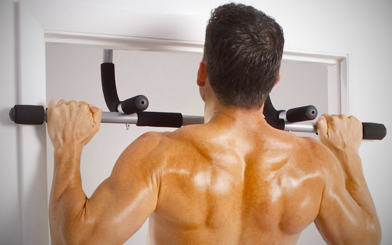 Подтягивания Подтягивания – идеальное упражнение на развитие бицепса и плечевого пояса, мышц спины и груди. Хотя бы несколько раз подтянуться может каждый. Возьмитесь за турник, руки на ширине плеч и, сгибая руки, подтяните себя к перекладине так, чтобы вы смогли положить на нее подбородок. Скорость подтягиваний должна быть низкая, так как группы мышц лучше всего прорабатывать медленно.