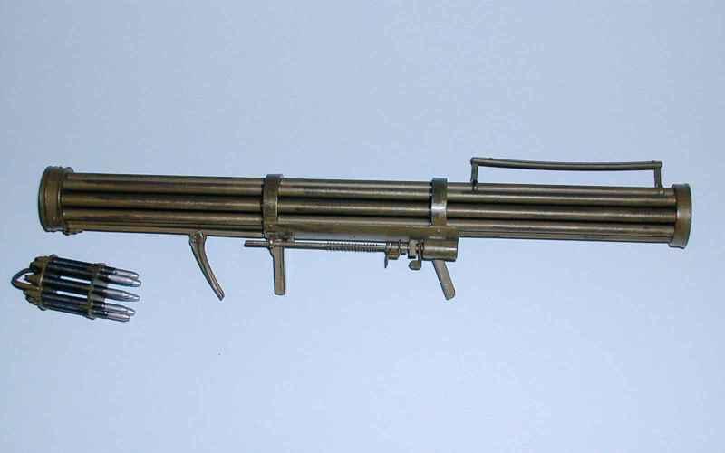 Зенитный гранатомет (Fliegerfaust) Представьте пулемет Гатлинга с 9 стволами. А теперь, что все 9 его стволов выпускают ракеты. В самолеты. Известный под именем «Воздушный кулак» этот гранатомет имел дальность 460 метров и мог поражать только низколетящие самолеты. Видимо, из-за того, что этот гранатомет работал не так хорошо, как хотелось, свет увидело всего несколько десятков экспериментальных образцов.