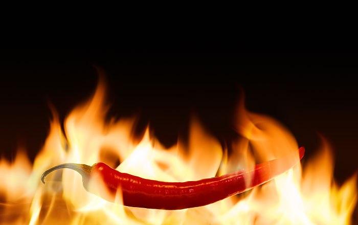 Кто-нибудь, дайте воды Еще один метод заключается в поедании таких продуктов, как красный перец и хрен васаби. Обжигающее действие этих продуктов заставит организм думать, что ваш язык испытывает боль и начнет в повышенном темпе вырабатывать «гормоны счастья» - эндорфин и серотонин, чем без сомнения повысит устойчивость к боли.