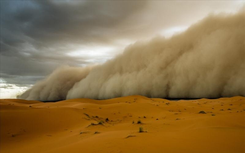 Горячий ветер пустыни Основные районы зарождения пыльных бурь находятся в Африке. С юга Сахары ветра выносят облака песка через Гвинейское побережье на море, получившее поэтическое название море Мрака. В восточной Африке самум зарождается на территории от Судана до берегов Красного моря.