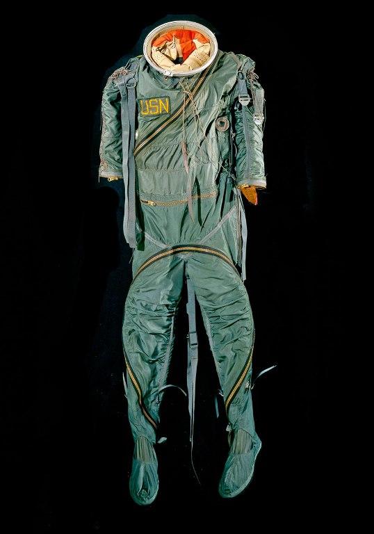 Mark IV Suit АланШепард, участвовавший в первом космическом полете американских астронавтов «Меркурий-7» в 1961 году, был одет именно в такой костюм. Этот скафандр плохо изменял свою форму, и под высоким давлением астронавты были практически обездвижены.