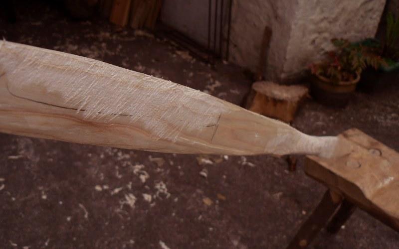 Придать форму С помощью ножа очистите среднюю часть лука от коры и сучков, чтобы за нее было удобно держаться. Концы должны быть примерно равны по толщине, поэтому срежьте лишнюю древесину. Не нужно сильно давить ножом на дерево, это может вызвать расщепление древесины. Не увлекайтесь, пытаясь уровнять размеры половинок – если края станут слишком тонкими, заготовку придется выбросить.