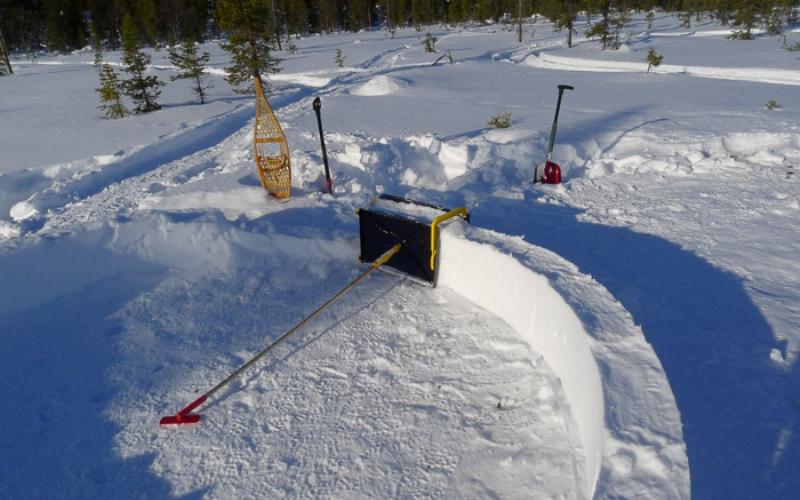 Укрытие из снега Если погодные условия еще позволяют, вы можете попробовать сделать себе убежище из блоков снега, что-то вроде иглу. Ход строительства целиком будет зависеть от качества снега (прекрасно подойдет так называемый пушистый снег) и температуры. Для создания правильных снежных блоков существует даже специальное устройство.