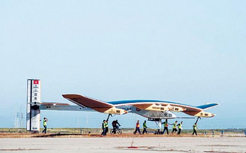 Солнечный импульс-1 Solar Impulse-1, предшественник данной машины, в свое время поставил множество мировых рекордов. В 2013 году он использовался для перелета через североамериканский континент. Учтя все ошибки прошлого, Пикар и Боршберг в сотрудничестве более чем с 80 инженерами смогли доработать конструкцию Солара так, чтобы самолет, больше похожий на гигантский планер, смог совершать трансконтинентальные перелеты.