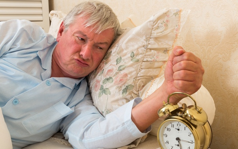 Не жертвуйте сном Сон с возрастом становится все более важным для восстановления после тренировок. Мужчиныза пятьдесят должны делать все возможное для улучшения качества своего сна. Для этого придется изменить условия, в которых вы обычно предаетесь дреме: только покой и полная темнота. По крайней мере, за час до отхода ко сну, начните избегать факторов, которые могут возбудить нервную систему.