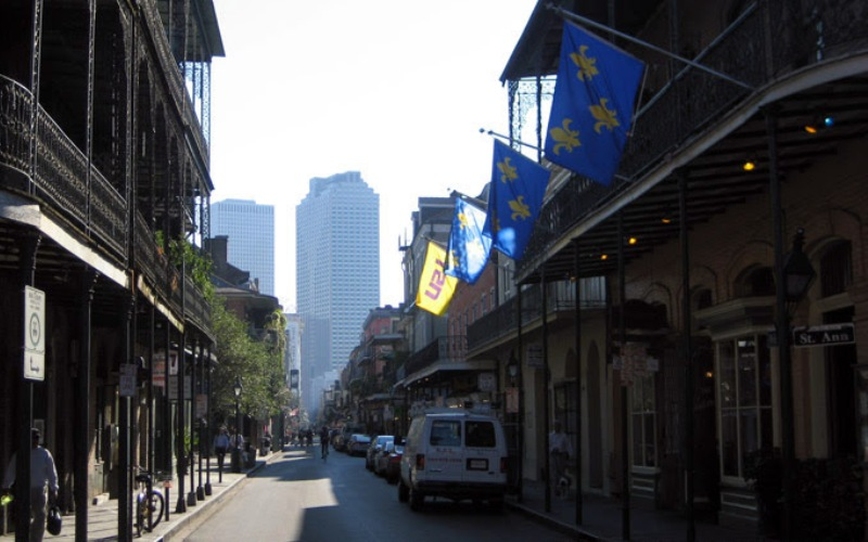 Французский квартал, Новый Орлеан Французский квартал в Новом Орлеане – старейший и самый известный район города. Он знаменит на весь мир своим Марди Гра – парадом-карнавалом, в котором принимает участие практически все население Орлеана и множество туристов.