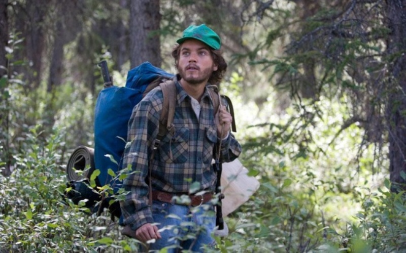 Вдиких условиях (Into the Wild) Один из лучших фильмов про путешествие. Популярный студент в своем колледже, Кристофер МакКэндлесс посылает ко всем чертям все перипетии социальных отношений, и, распродав свое имущество, отправляется в Аляску, дабы провести остаток дней на природе. Ну кто из нас время от времени не мечтал о том же?