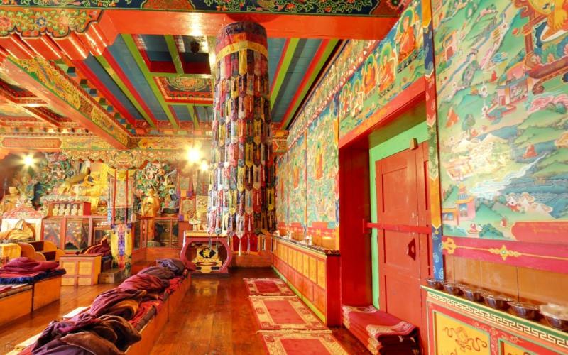 Храм Тенгбоче Выступив из непальского города Лукла, туристы буквально засняли каждый метр из 38 км, отделяющих город от базового лагеря, находящегося на высоте 5364 метра. Также совершив переход вдоль реки Bhote Kosi, они побывали в тибетском монастыре Тенгбоче, из которого открывался прекрасный вид на лежащую ниже деревню.