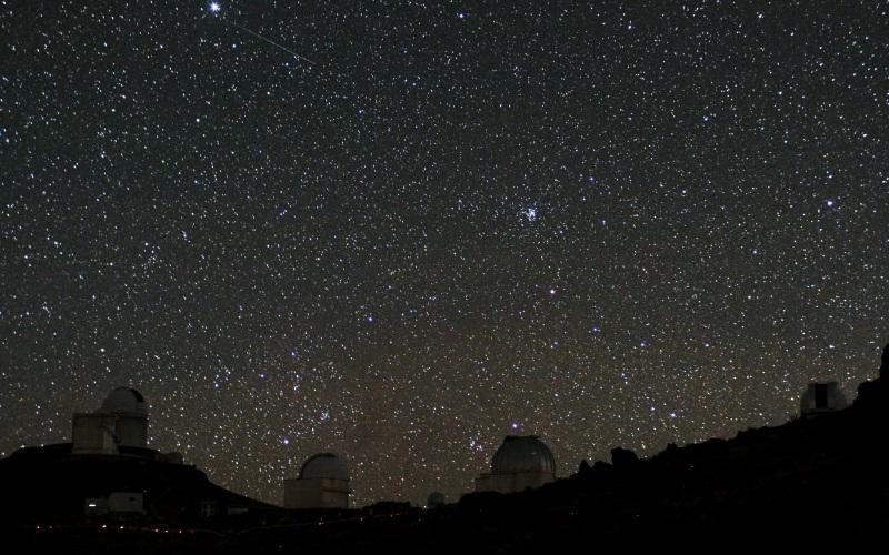 Случайное обнаружение В 2011 году космический телескоп «Коро», находясь на орбите Земли на высоте 1000 км, замерял уровень потока протонов солнечного происхождения. При помощи этих измерений «Коро» засек область, в которой протоны проходят дальше, чем в других местах на Земле. Эта область находилась именно там, где незадолго до этого проходили поиски борта Air France 447. Дальнейшие продолжительные наблюдения подтвердили – магнитное поле здесь отличается от того, что фиксируется в других частях нашей планеты. Так появилось официальное название – Южно-Атлантическая магнитная аномалия.