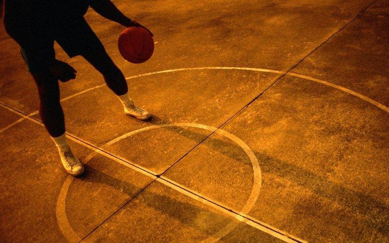 Командный спорт- как интервальная тренировка Допустим, вы играете в футбол или баскетбол два вечера в неделю. В этом случае, если ваша цель состоит в том, чтобы просто поддерживать себя в хорошей форме, вам не требуются другие интервальные или кардиотренировки в течение недели.