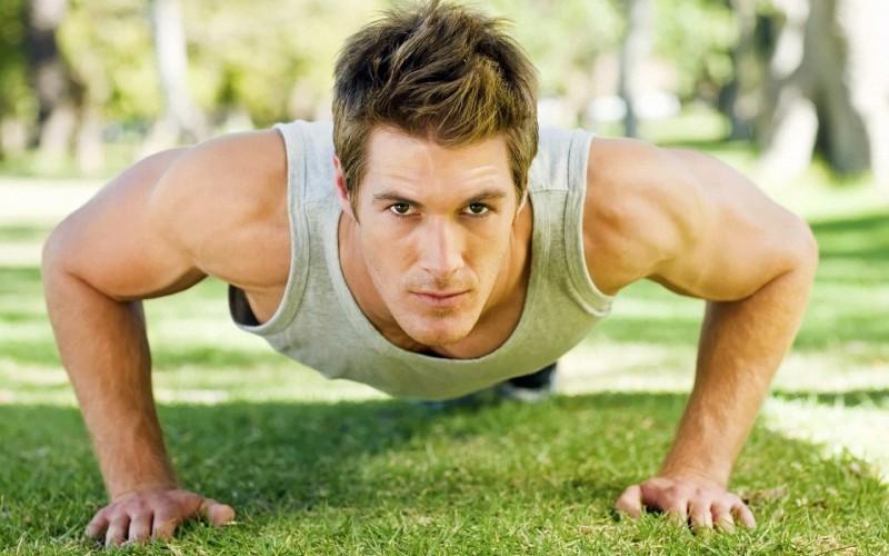 Отжимания Классические отжимания —это прекрасное упражнение для наращивания мышечной массы и развития мышц плеч, груди и живота. Расставив руки чуть шире плеч, лягте лицом вниз, держите тело прямо почти параллельно полу. Сгибая руки в локтях, опустите себя на пол, пока грудь не коснется земли, а потом поднимитесь. Главное, что тело должно подниматься силой рук, не помогайте себе, прогибая поясницу.