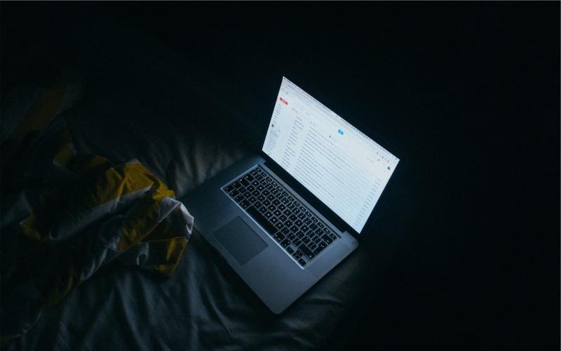 Синий экран Излучаемый светодиодными экранами синий цвет сильно влияет на качество вашего сна, подавляя выработку мелатонина – гормона регулятора сна. Постарайтесь ограничить время, проведенное за экраном устройств перед сном. Также, чтобы понизить яркость вашего устройства, вы можете выставить ночной режим для вашего телефона, планшета или электронной книги. Белый текст на черном экране смягчит негативное воздействие и улучшит качество сна.