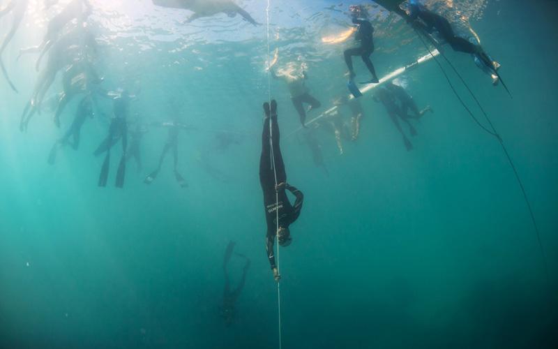 Валид Будхиаф во время взятия тунисского национального рекорда в свободном погружении, составляющем 105,5 метров. Пробыв под водой чуть более 4 минут, он потерял сознание у самой поверхности при всплытии и был дисквалифицирован.
