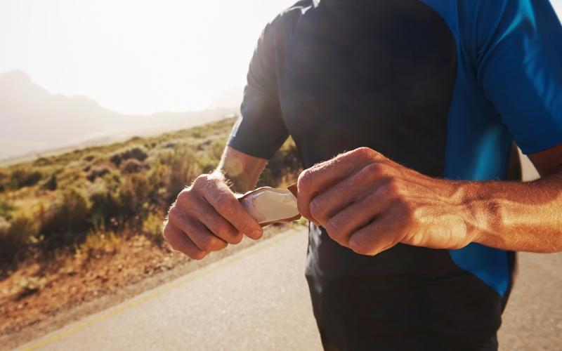 ПотребляйтеуглеводыТот, кто исключает из своей диеты углеводы, рискует в следующий раз без сил упасть с беговой дорожки. Углеводы – это источник энергии спортсмена, и, единственная причина по которой можно уменьшить (а не полностью исключить) их потребление – это целенаправленная потеря веса. К тому же, недостаток гликогена отрицательно сказывается на выработке тестостерона.
