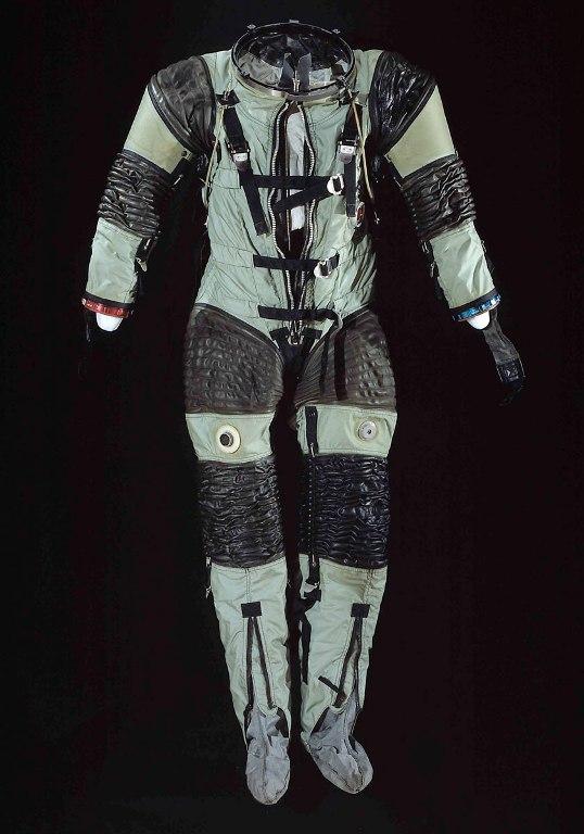 SPD-143 Suit Также известный как АХ1-L, был произведен в 1963 году. Черные резиновые спирали на коленях, локтях и бедрах позволяют астронавтам свободно сгибать свои конечности. Поддерживающая система из ремней на груди удерживает костюм от чрезмерного расширения. Без нее скафандр под давлением раздулся бы как воздушный шарик.