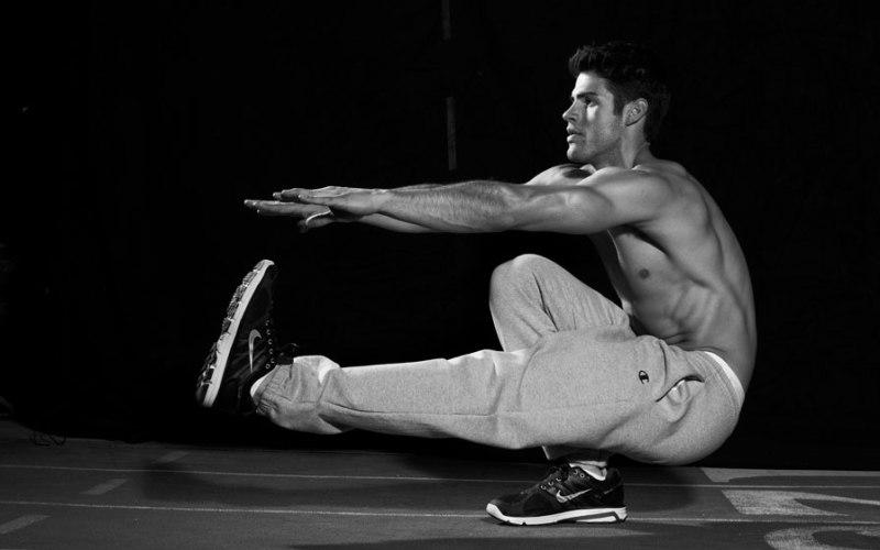 Приседания Не забудем поговорить и о тренировке нижней части тела. Приседания – простое упражнение по тренировке ваших ног, ягодиц и нижней части спины. Встаньте прямо, ноги на ширине плеч. Руки должны быть вытянуты перед собой. Очень важно сохранять спину прямой. Садитесь, пока бедра не станут почти параллельны полу. Вернитесь в исходное положение.