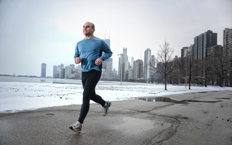 Расслабьтесь Мы склонны измерять расстояния такими величинами, как метры или километры, но наше тело не мыслит категориями. Собираясь совершить длительный пробег, самое главное расслабиться и не задумываться о расстоянии. Настройтесь на то, что сможете тренироваться в заданном темпе сколько угодно долго. Но не забудьте, что тренировку лучше прекратить, если начнете чувствовать боли в ногах или головную боль.