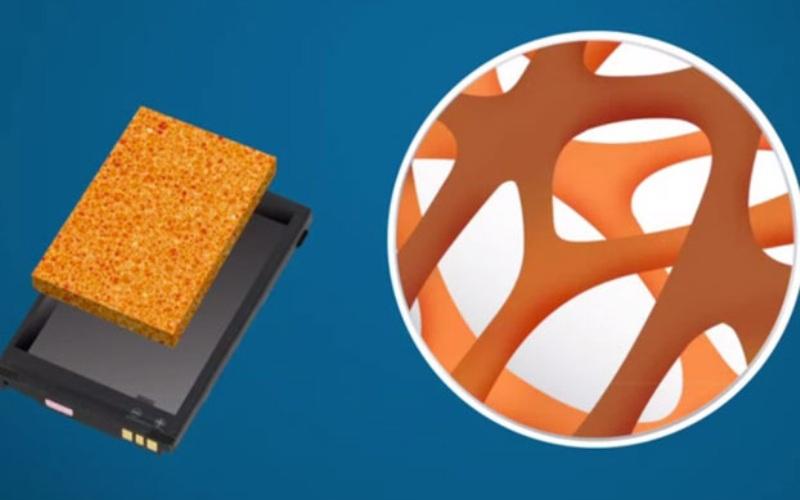 Prieto Battery Возможно, новым решением проблемы станет технология, разрабатываемая компанией Prieto Battery. Все та же литий-ионная батарея в их интерпретации превращается из небезопасного сэндвича из электродов и электролита в мочалку из переплетающихся материалов. Анод и катод здесь не отдельные компоненты, а, скорее, два типа покрытия, нанесенные на переплетение медных волокон. Нанесенные друг на друга покрытия увеличивают общую площадь поверхности и сокращают расстояние, которое приходится преодолевать ионам.