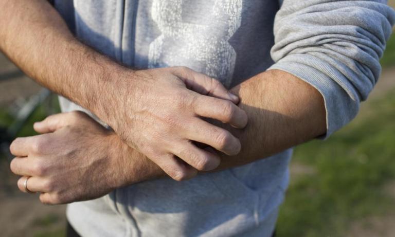 Игра на одной струне Ваш напарник (или вы сами захотите быть первым?) должен крепко взяться пальцами за ваше плечо между бицепсом и трицепсом над вашим локтевым сгибом. Нащупав кость, напарник плавно и с усилием проводит по ней пальцами. Резкая боль в предплечье сообщит вам о том, что ему удалось найти нервный ствол. Вас ожидают как минимум 3 минуты сильной боли, результатом которых станет лучшая переносимость боли.