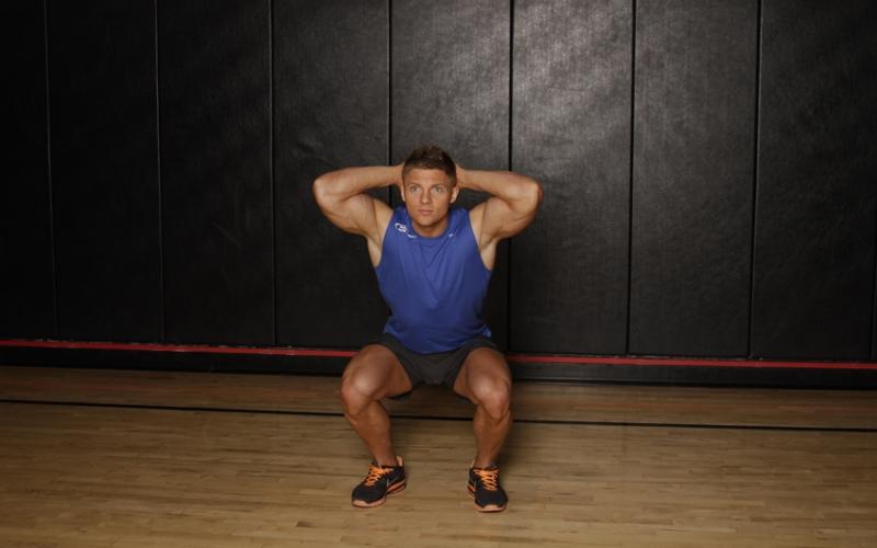 Приседания Приседания полезны не только для ног и ягодиц. Это одно из лучших упражнений на развитие выносливости и набора мышечной масс для всего тела. Встаньте, ноги на ширине плеч, согните ноги в коленях, пока бедра не станут параллельны полу, спину сохраняйте ровной. На выдохе вернитесь в исходное положение.