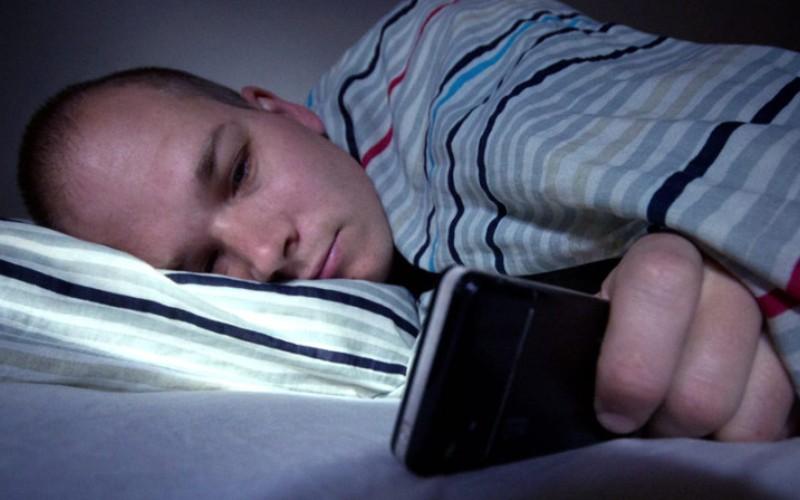 Уберите телефониз зоны видимости во время сна Даже когда вы спите, синий свет может проникать сквозь ваши полупрозрачныевеки и влиять на выработку мелатонина и смену фаз сна. Чтобы избежать этого, перед сном кладите устройство экран вниз, а лучше вообще выключите. Все входящие уведомления можно посмотреть и с утра.
