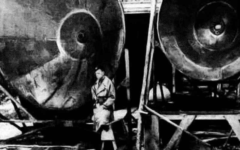 Звуковая пушка Пушка, предназначенная уничтожать на расстоянии группы противников инфразвуковым лучом, была не самой удачной разработкой нацистских ученых. Под воздействием низких частот больше всех страдал персонал орудия (потеря сознания и приступы паники были частыми явлениями), а из-за небольшой дальности (50 м), которую никак не удавалось увеличить, проект вообще решено было свернуть – напоминанием о нем остался всего один опытный образец акустической пушки.