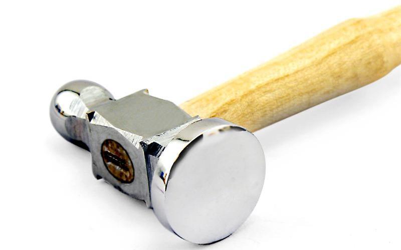 Отделочный молоток Сконструирован специально для того, чтобы придавать форму металлическим украшениям. Весит около 200 грамм.
