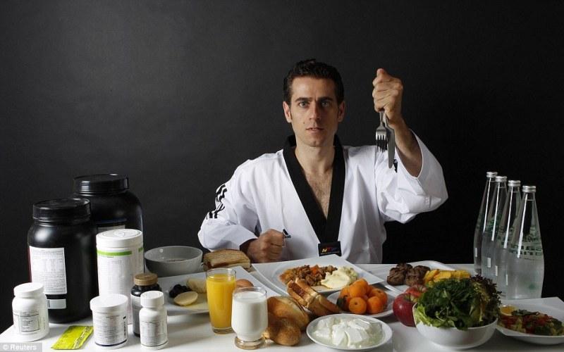 Ешьте обильноПрофессиональных спортсменов больше волнует то, что они едят недостаточно, а не то, что они едят слишком много. Обилие еды может увеличить ваш вес на пару килограммов, в то время как дефицит подорвет ваше здоровье. Вы не сможете эффективно тренироваться и ставить новые рекорды, если обессилели от голода.
