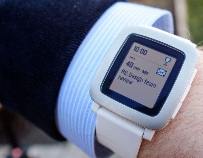 Новый рекорд Kickstarter Представленные часы были выставлены на продажу в Kickstarter по нескольким причинам, и одна из них состоит в том, что оригинальные часы появились именно на этой краудфандинговой площадке, и там же Pebble завоевала своих первых поклонников. Кстати говоря, в Pebble поставили новый рекорд на Kickstarter, собрав назначенную сумму ($500000) всего за 20 минут, чем обеспечили себе чрезвычайно эффектную и, главное, бесплатную рекламу.